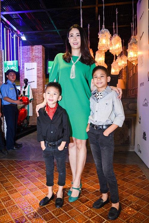 Hồ Ngọc Hà dẫn con trai Subeo đi xem thời trang - 4