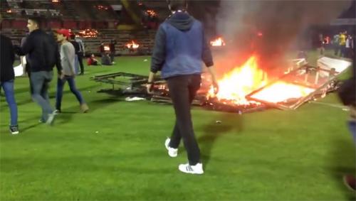 Fan đốt sân vì đội nhà đá kém, sắp xuống hạng - 1