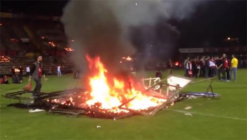 Fan đốt sân vì đội nhà đá kém, sắp xuống hạng - 2