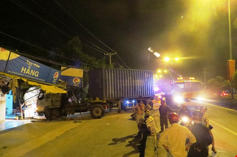 Xe container lao vào nhà, cả gia đình bỏ chạy giữa đêm - 1