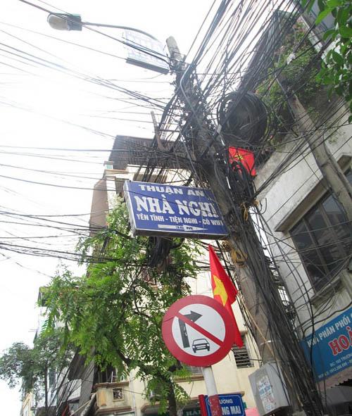 """Hình ảnh luộm thuộm của """"ma trận"""" quảng cáo ở Hà Nội - 7"""
