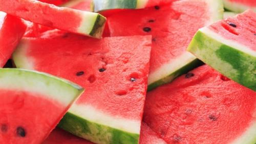 Nguy hiểm khôn lường khi ăn dưa hấu sai cách vào mùa hè - 1