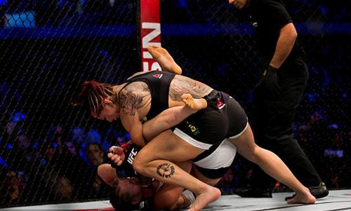 """Ra mắt UFC, """"Quái nữ"""" khiến mọi đối thủ e sợ - 1"""