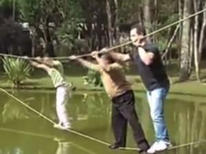Chết cười xem ba anh chàng thử thách đi trên dây