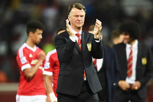 Van Gaal hứa vô địch FA Cup, bị fan MU la ó - 1