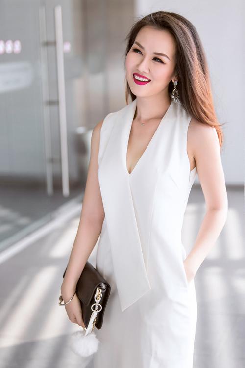 Nữ ca sĩ trẻ gợi ý mặc đồ đen, trắng cho nàng công sở - 1