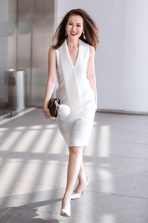 Nữ ca sĩ trẻ gợi ý mặc đồ đen, trắng cho nàng công sở - 2