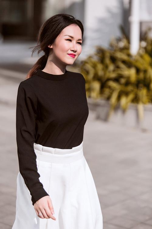 Nữ ca sĩ trẻ gợi ý mặc đồ đen, trắng cho nàng công sở - 8