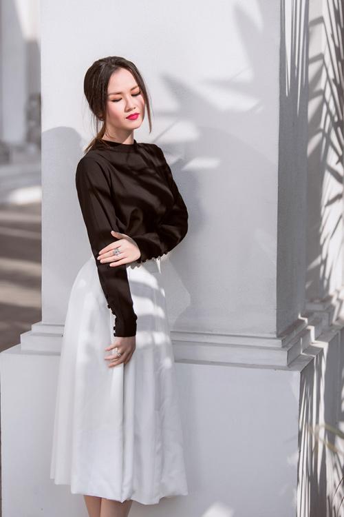 Nữ ca sĩ trẻ gợi ý mặc đồ đen, trắng cho nàng công sở - 9