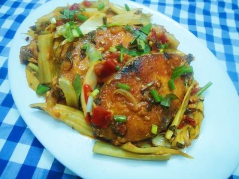 Bữa cơm ngon lành với cá thu sốt dưa, canh nấm nấu chua - 2