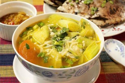 Bữa cơm ngon lành với cá thu sốt dưa, canh nấm nấu chua - 4