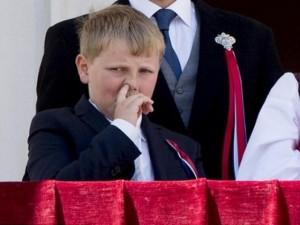 Thế giới - Hoàng tử Na Uy hồn nhiên ngoáy mũi trong quốc lễ