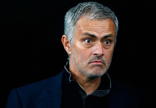 Đội bóng của Persie bất ngờ chồng tiền mời Mourinho - 1