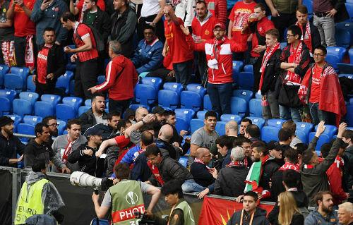 CĐV Liverpool - Sevilla hỗn chiến kinh hoàng - 1