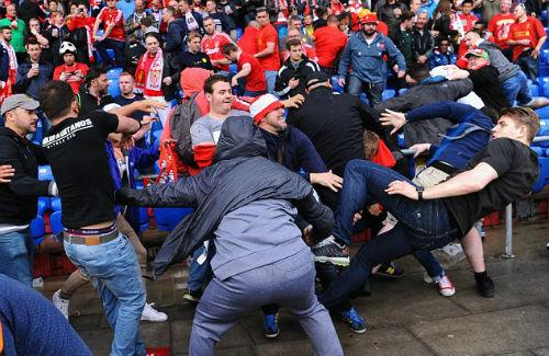 CĐV Liverpool - Sevilla hỗn chiến kinh hoàng - 2
