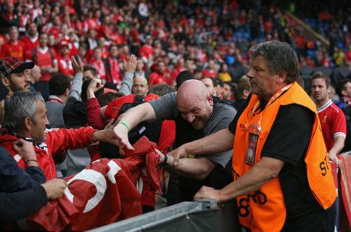 CĐV Liverpool - Sevilla hỗn chiến kinh hoàng - 3