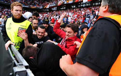 CĐV Liverpool - Sevilla hỗn chiến kinh hoàng - 7