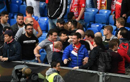 CĐV Liverpool - Sevilla hỗn chiến kinh hoàng - 8