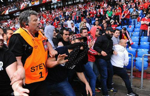 CĐV Liverpool - Sevilla hỗn chiến kinh hoàng - 9