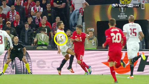Liverpool 3 lần mất penalty, trọng tài xử lý đúng - 1