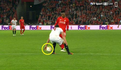 Liverpool 3 lần mất penalty, trọng tài xử lý đúng - 2