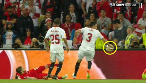 Liverpool 3 lần mất penalty, trọng tài xử lý đúng - 3