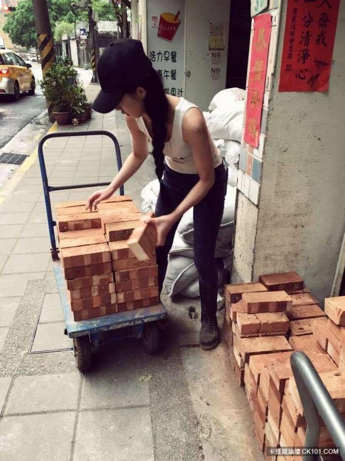 """""""Hot girl phụ hồ"""" khiến dân mạng Trung Quốc điên đảo - 2"""