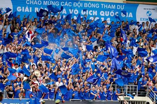 """CĐV Quảng Ninh """"giận"""" VPF, đeo khẩu trang xem bóng đá - 1"""