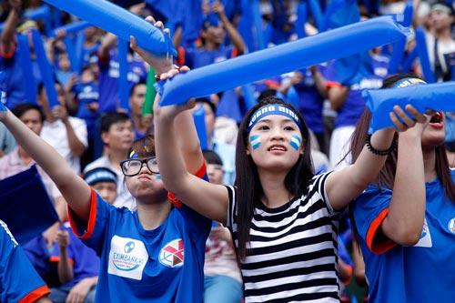 """CĐV Quảng Ninh """"giận"""" VPF, đeo khẩu trang xem bóng đá - 2"""