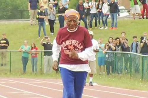 Cụ bà U100 ngã sấp mặt, vẫn phá kỷ lục chạy 100m - 1