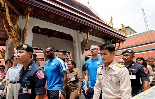"""Leicester rước cúp """"đại náo"""" đường phố Thái Lan - 11"""