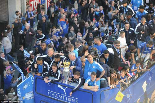 """Leicester rước cúp """"đại náo"""" đường phố Thái Lan - 4"""