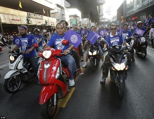 """Leicester rước cúp """"đại náo"""" đường phố Thái Lan - 3"""