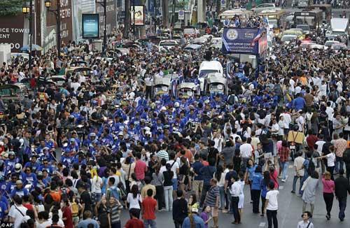 """Leicester rước cúp """"đại náo"""" đường phố Thái Lan - 5"""