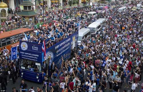 """Leicester rước cúp """"đại náo"""" đường phố Thái Lan - 7"""