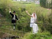 Clip: Đám cưới trên dây có một không hai ở Anh