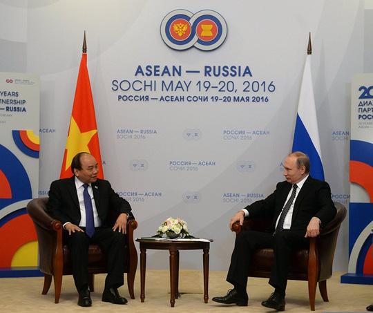 Ông Putin nồng thắm ôm Thủ tướng Nguyễn Xuân Phúc - 11