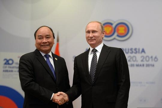 Ông Putin nồng thắm ôm Thủ tướng Nguyễn Xuân Phúc - 12
