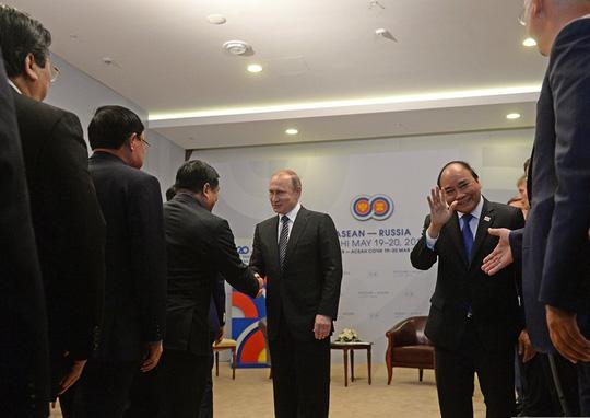 Ông Putin nồng thắm ôm Thủ tướng Nguyễn Xuân Phúc - 15