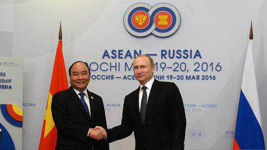 Ông Putin nồng thắm ôm Thủ tướng Nguyễn Xuân Phúc - 16