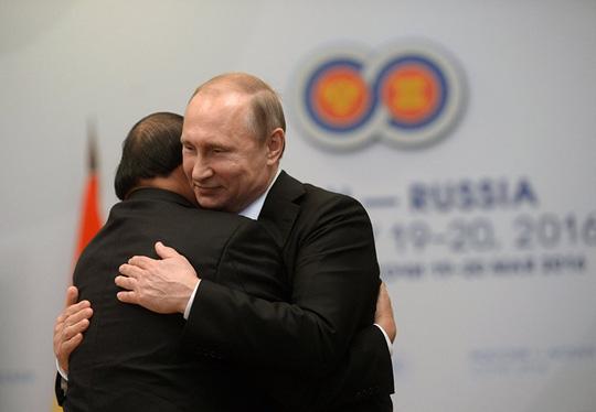 Ông Putin nồng thắm ôm Thủ tướng Nguyễn Xuân Phúc - 17