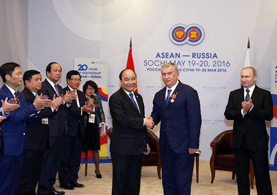 Ông Putin nồng thắm ôm Thủ tướng Nguyễn Xuân Phúc - 18