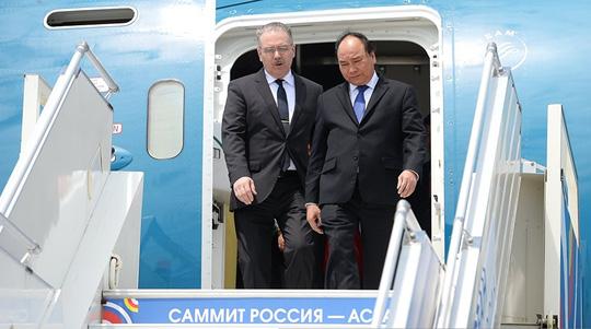 Ông Putin nồng thắm ôm Thủ tướng Nguyễn Xuân Phúc - 6