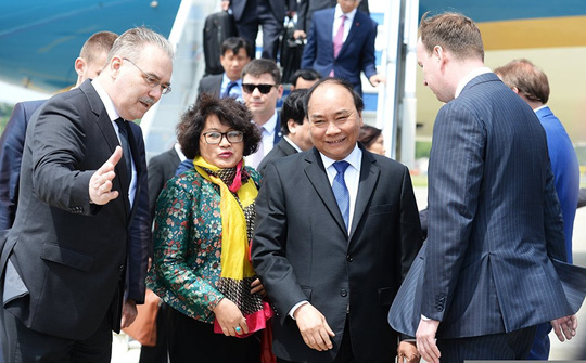 Ông Putin nồng thắm ôm Thủ tướng Nguyễn Xuân Phúc - 7