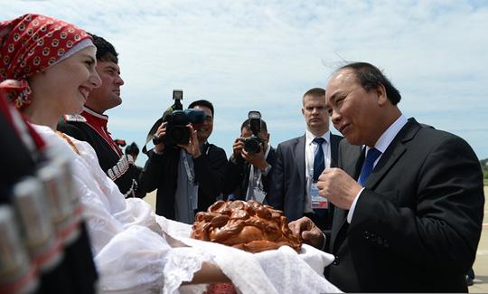 Ông Putin nồng thắm ôm Thủ tướng Nguyễn Xuân Phúc - 9