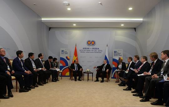 Ông Putin nồng thắm ôm Thủ tướng Nguyễn Xuân Phúc - 10