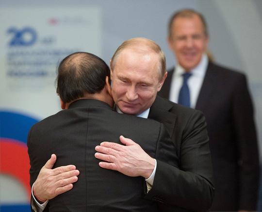 Ông Putin nồng thắm ôm Thủ tướng Nguyễn Xuân Phúc - 1