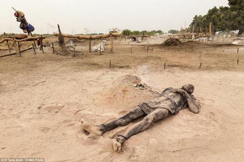 Cuộc sống của bộ tộc dùng nước tiểu của bò để tắm - 5