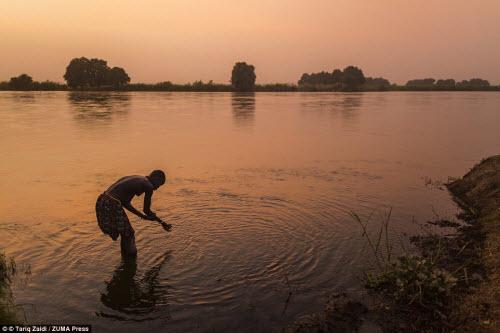Cuộc sống của bộ tộc dùng nước tiểu của bò để tắm - 10
