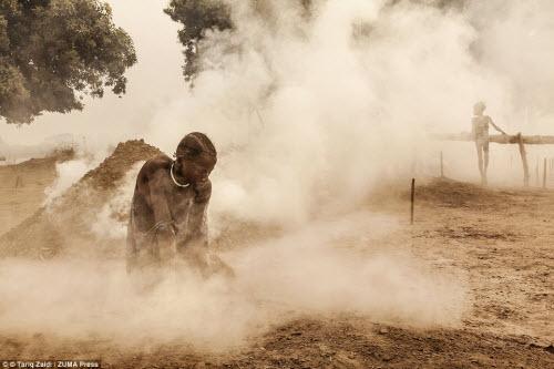 Cuộc sống của bộ tộc dùng nước tiểu của bò để tắm - 13